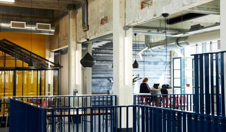 Gebouw N Hengelo flexwerken flextukkers bovenverdieping (Tessa Wiegerinck)