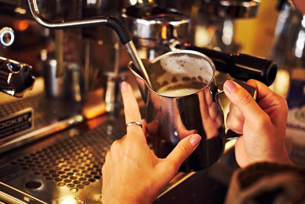 Barista's bereiden je lekkere koffie (Tessa Wiegerinck)