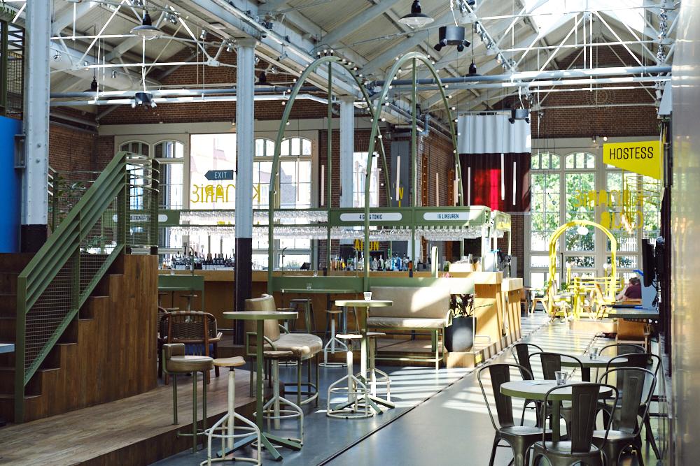 De grote hal van flexwerklocatie Kanarieclub Amsterdam (Tessa Wiegerinck(