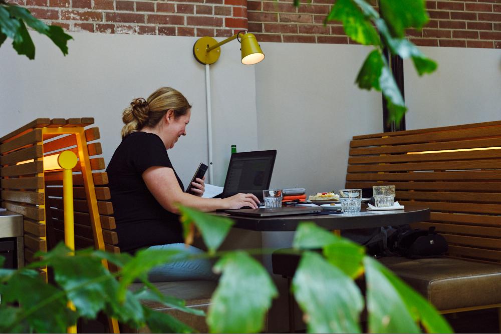 Flexwerken in een vakantiehuisje (Tessa Wiegerinck)