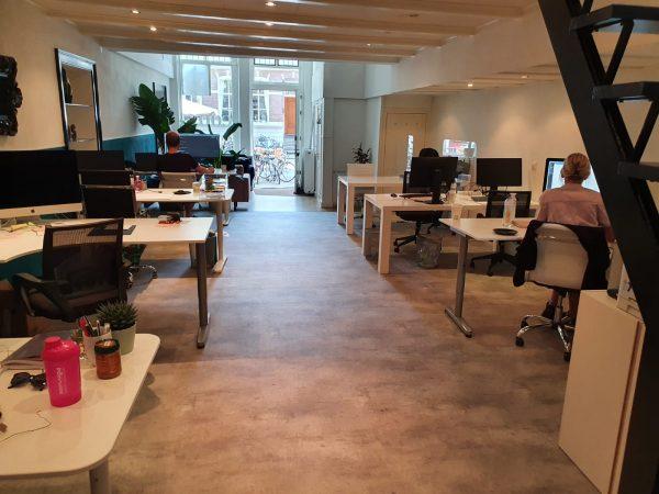 De werkruimte bij COOS waar vaste werkers en flexwerkers samen werken. (Wendy Kloezeman)